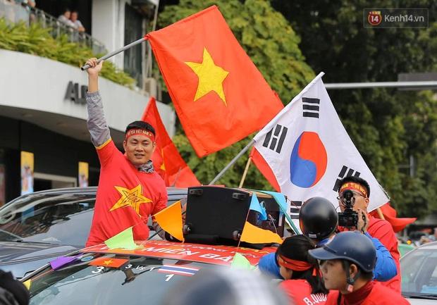 Ảnh: Cổ động viên Việt Nam nhuộm đỏ phố phường Hà Nội trước trận đấu với đội tuyển Thái Lan - Ảnh 5.