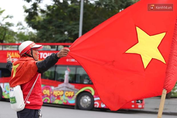 Ảnh: Cổ động viên Việt Nam nhuộm đỏ phố phường Hà Nội trước trận đấu với đội tuyển Thái Lan - Ảnh 8.