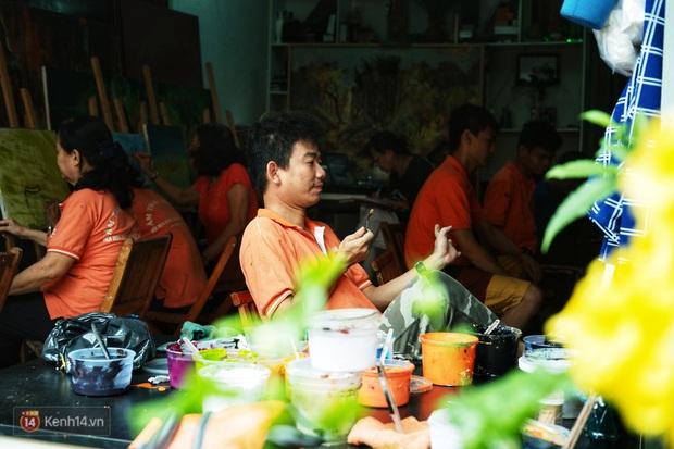Lớp hội họa không thanh âm, không học phí ở Sài Gòn: Dạy nghề dạy cả cách sẻ chia với đời - Ảnh 8.