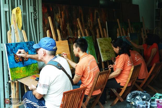 Lớp hội họa không thanh âm, không học phí ở Sài Gòn: Dạy nghề dạy cả cách sẻ chia với đời - Ảnh 2.