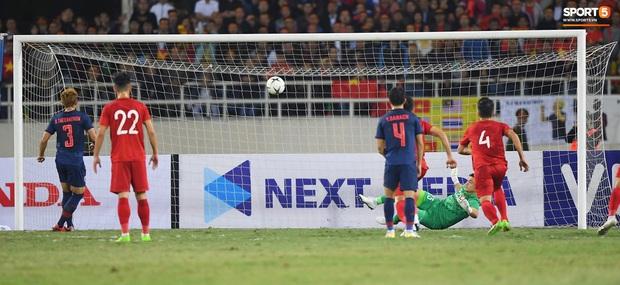 Trung vệ Thái Lan khẩn khoản xin lỗi sau khi bị Đặng Văn Lâm đánh bại trên chấm 11 mét - Ảnh 1.