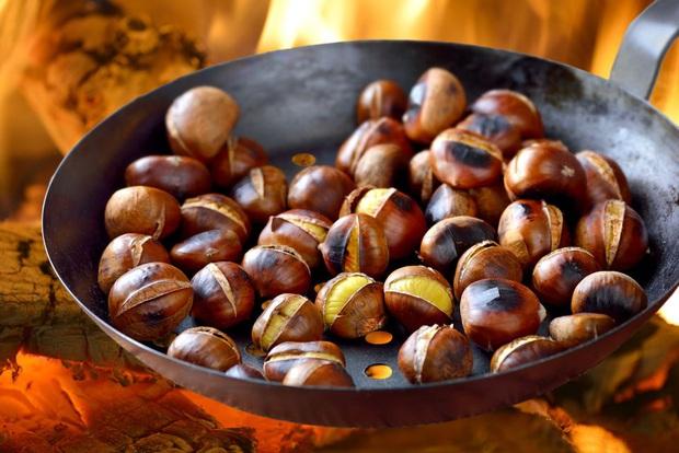 Là món ăn chơi vô cùng quen thuộc vào mùa đông, không ngờ hạt dẻ nóng còn mang lại thêm 5 lợi ích cho sức khỏe - Ảnh 1.