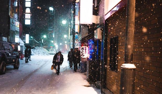 """Bộ ảnh phố Nhật về đêm đầy """"ảo diệu"""" đang gây sốt cộng đồng mạng, hóa ra mùa đông xứ hoa anh đào đẹp đến thế sao? - Ảnh 11."""