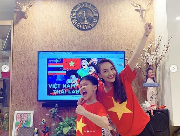 Bảo Thanh, Quốc Trường cùng dàn sao Vbiz rộn ràng khí thế, tiếp lửa cho đội tuyển Việt Nam trước giờ G gặp Thái Lan! - Ảnh 2.