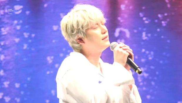Hát bản hit do Jonghyun sáng tác, Kyuhyun (Super Junior) nghẹn ngào, cố ngăn nước mắt khiến fan xót xa - Ảnh 1.