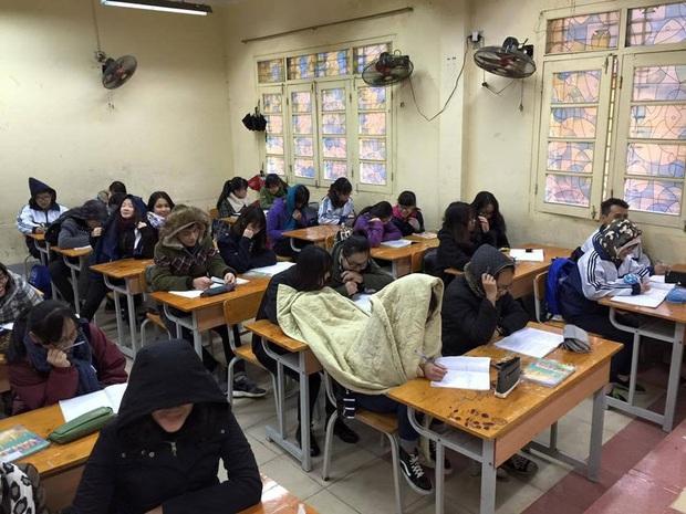 Thời tiết quá lạnh, học trò thi nhau quấn chăn đi học, đúng kiểu mùa đông là quá lạnh để xa... chăn - Ảnh 2.