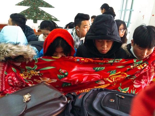 Thời tiết quá lạnh, học trò thi nhau quấn chăn đi học, đúng kiểu mùa đông là quá lạnh để xa... chăn - Ảnh 5.