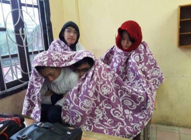 Thời tiết quá lạnh, học trò thi nhau quấn chăn đi học, đúng kiểu mùa đông là quá lạnh để xa... chăn - Ảnh 7.