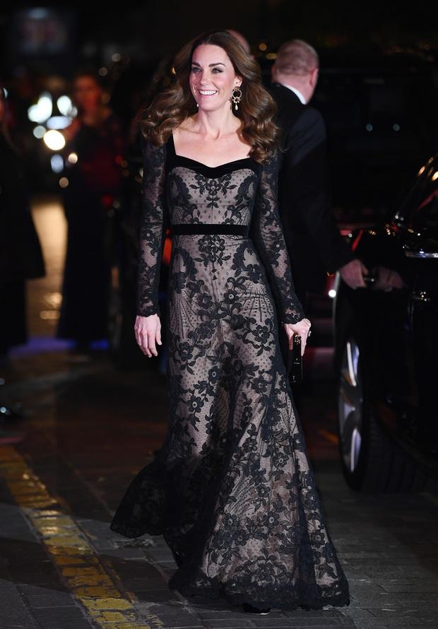 Xúng xính váy ren tưởng hở mà kín, Công nương Kate siêu gợi cảm nhưng vẫn tinh tế chẳng chê được điểm nào - Ảnh 1.