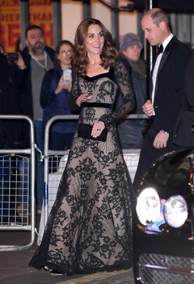 Xúng xính váy ren tưởng hở mà kín, Công nương Kate siêu gợi cảm nhưng vẫn tinh tế chẳng chê được điểm nào - Ảnh 2.