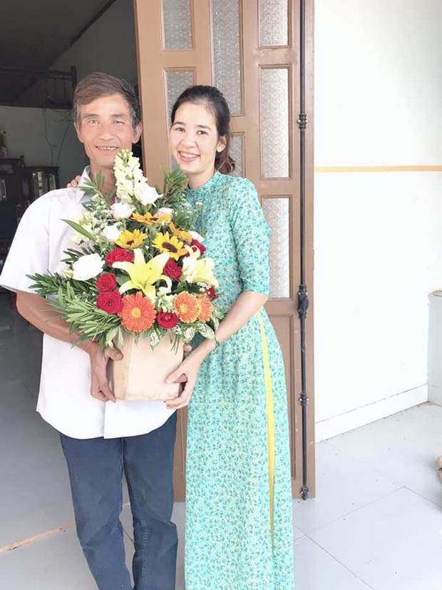 Thương con gái làm giáo viên dạy vùng sâu vùng xa, ông bố tự tay mua hoa viết dòng chữ chúc mừng 20/11 khiến nhiều người xúc động - Ảnh 2.