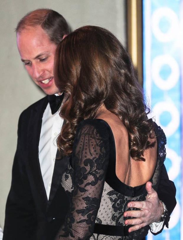 Xúng xính váy ren tưởng hở mà kín, Công nương Kate siêu gợi cảm nhưng vẫn tinh tế chẳng chê được điểm nào - Ảnh 4.