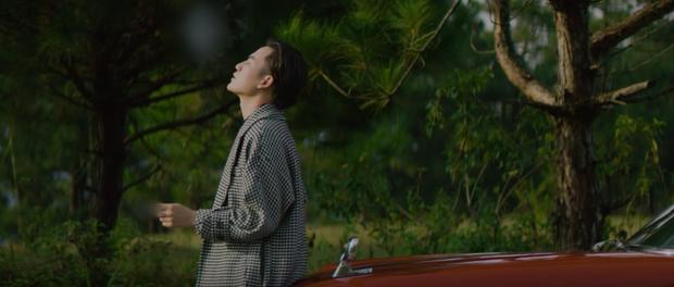 Ali Hoàng Dương comeback sao giống MV Noo Phước Thịnh lẫn Người Lạ Ơi thế này, còn nhạc có hay đến mức khiến Hari Won khen nức nở? - Ảnh 4.