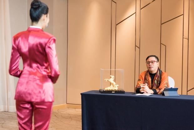 Từng gây xấu hổ khi chỉ biết nói I love New York ở show diễn quốc tế, nay Hoàng Thuỳ đã nói Tiếng Anh siêu lưu loát với chuyên gia nước ngoài - Ảnh 2.