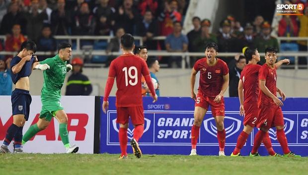 Văn Hậu chấp nhận bị đá thẳng vào người để cứu thua cho tuyển Việt Nam, hình ảnh làm fan liên tưởng tới huyền thoại MU ngày nào - Ảnh 1.