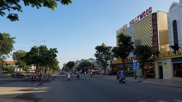 Can ngăn 2 cô gái đánh nhau ở Sài Gòn, 2 nhóm thanh niên hỗn chiến kinh hoàng trên phố - Ảnh 1.