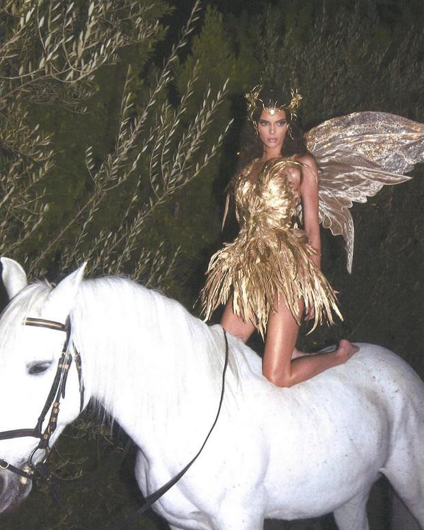 Màn cosplay bất phân thắng bại của Kendall - Kylie: Cô em nóng bỏng ngút ngàn, cô chị đẹp tựa nữ thần quyền lực - Ảnh 8.
