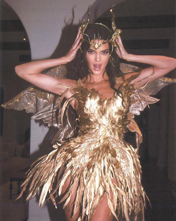 Màn cosplay bất phân thắng bại của Kendall - Kylie: Cô em nóng bỏng ngút ngàn, cô chị đẹp tựa nữ thần quyền lực - Ảnh 9.