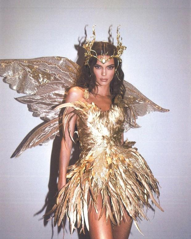 Màn cosplay bất phân thắng bại của Kendall - Kylie: Cô em nóng bỏng ngút ngàn, cô chị đẹp tựa nữ thần quyền lực - Ảnh 10.