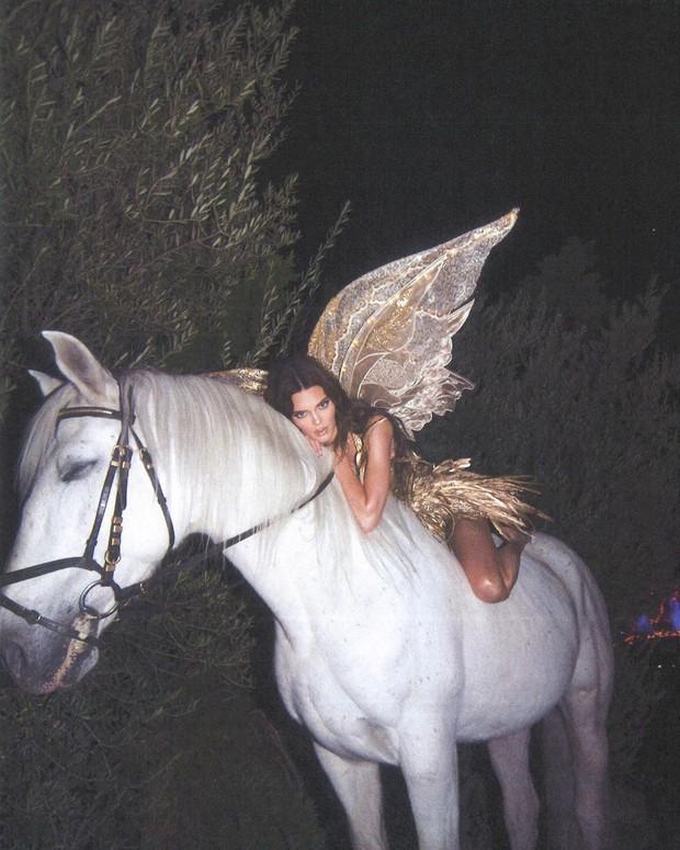 Màn cosplay bất phân thắng bại của Kendall - Kylie: Cô em nóng bỏng ngút ngàn, cô chị đẹp tựa nữ thần quyền lực - Ảnh 11.
