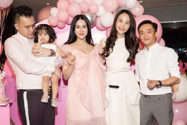 Diệp Lâm Anh gây ngỡ ngàng khi vừa sinh quý tử 1 ngày đã xúng xính lên đồ dự tiệc sinh nhật con gái đầu lòng - Ảnh 3.