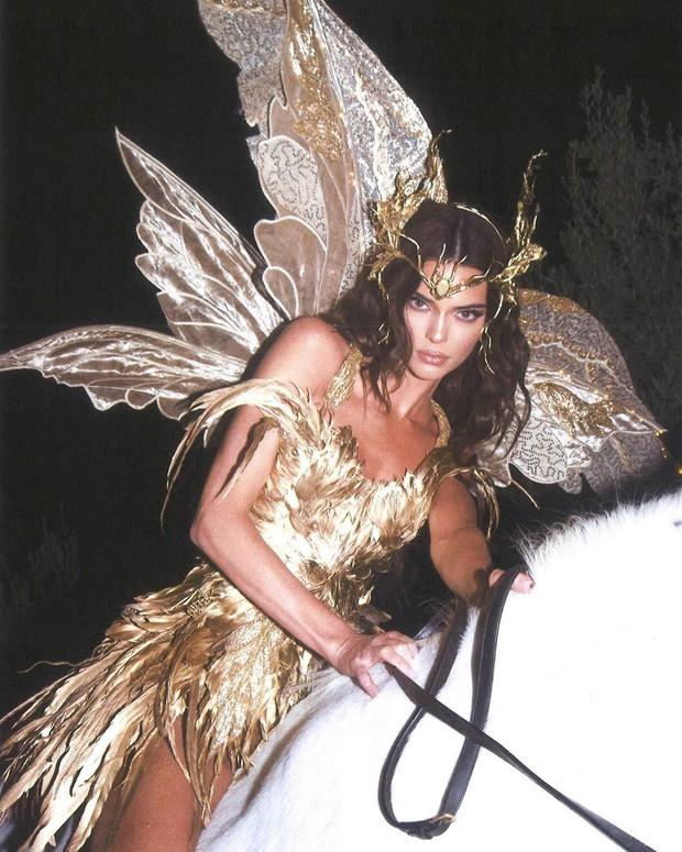 Màn cosplay bất phân thắng bại của Kendall - Kylie: Cô em nóng bỏng ngút ngàn, cô chị đẹp tựa nữ thần quyền lực - Ảnh 7.
