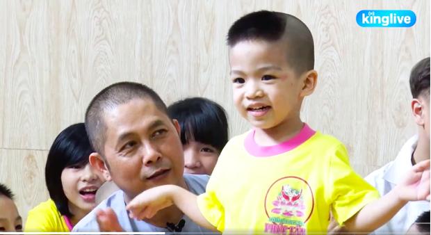Clip: Xúc động người đàn ông độc thân ở Đồng Nai nhặt gần trăm đứa trẻ mồ côi về nuôi nấng - Ảnh 2.