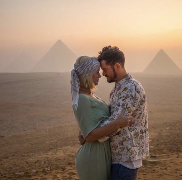 Tình bể bình như Katy Perry và tài tử Orlando: Tổ chức sinh nhật ở Ai Cập, chụp hình sương sương mà như quay MV - Ảnh 1.