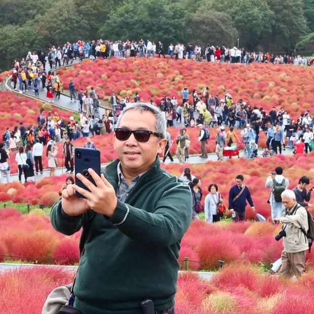 Đẹp nhất Nhật Bản mùa này chính là đồi cỏ Kochia đỏ rực, du khách đua nhau check-in đông không thấy lối đi - Ảnh 19.