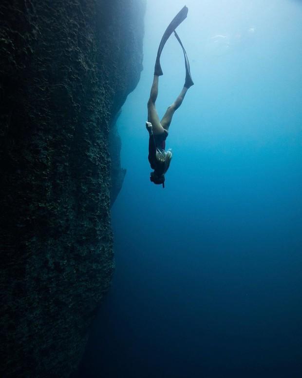 """""""Rớt tim"""" với clip đáng sợ nhất Internet ngày hôm nay: bơi trong lòng hồ sâu 40 mét, cảnh báo không dành cho người... sợ độ cao - Ảnh 11."""