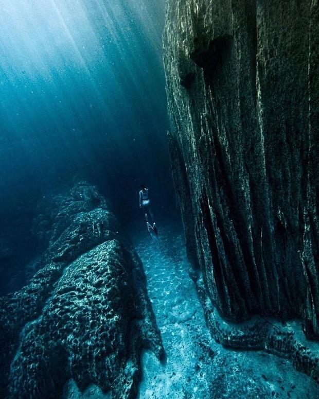 """""""Rớt tim"""" với clip đáng sợ nhất Internet ngày hôm nay: bơi trong lòng hồ sâu 40 mét, cảnh báo không dành cho người... sợ độ cao - Ảnh 9."""