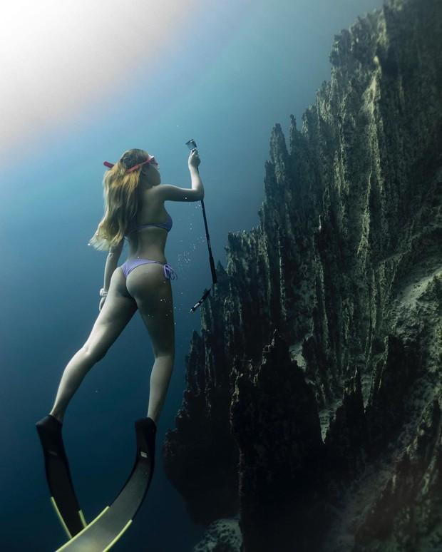 """""""Rớt tim"""" với clip đáng sợ nhất Internet ngày hôm nay: bơi trong lòng hồ sâu 40 mét, cảnh báo không dành cho người... sợ độ cao - Ảnh 8."""