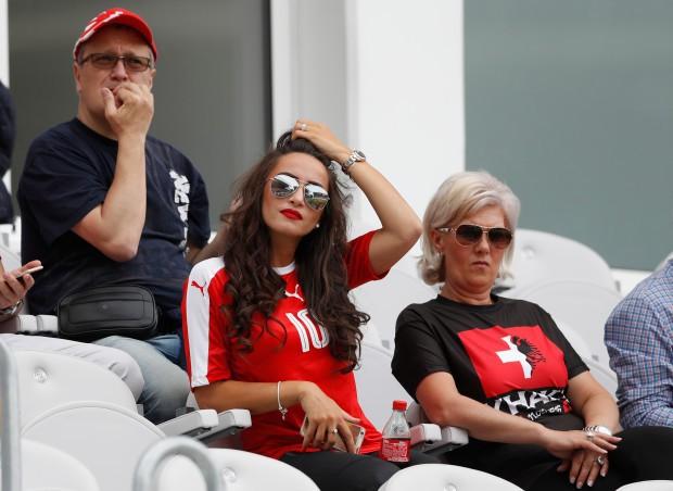Vạ mồm, cầu thủ Arsenal khiến cô vợ xinh đẹp như tiên dính vạ lây đến nỗi phải biến mất khỏi MXH - Ảnh 2.