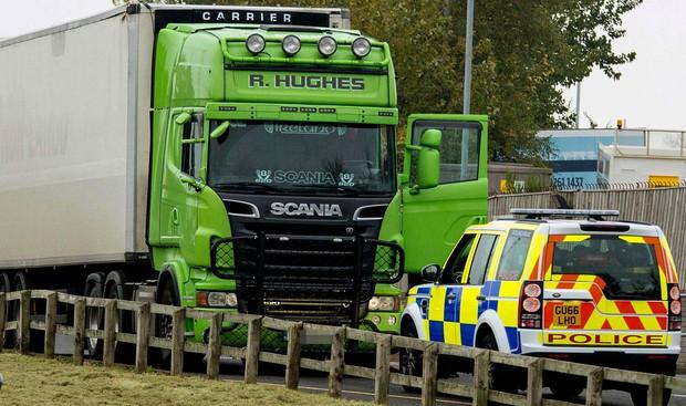 Clip: Cảnh sát Anh truy đuổi gắt gao 2 chiếc xe tải, nghi là xe chở người nhập cư trong vụ án 39 thi thể trên container - Ảnh 3.