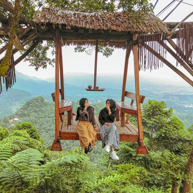 Độc nhất Indonesia quán cafe lửng lơ trên cây không dành cho hội yếu tim, dân mạng đua nhau check-in ầm ầm trên Instagram - Ảnh 1.