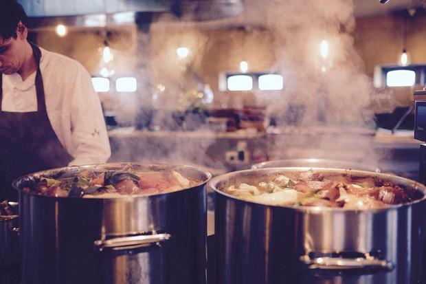 """Bố mẹ bỏ con gái nhịn đói đứng ngoài cửa, dắt con trai vào ăn buffet liên tục suốt 2 tiếng và những quy tắc về kiểu ăn mà ai cũng nghĩ """"khách khôn hơn ông chủ nhà hàng"""" - Ảnh 2."""