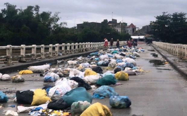 Ngỡ ngàng cảnh người dân lợi dụng nước lũ vô tư vứt rác xuống sông - Ảnh 3.