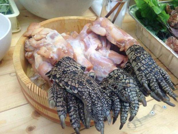 Súp chân cá sấu Singapore: nghe tên kinh dị nhưng thực chất lại là món ăn bổ dưỡng mà người bản địa vô cùng yêu thích - Ảnh 1.