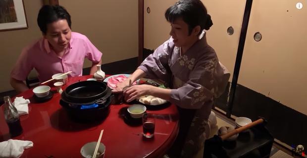 Phụ nữ Nhật quỳ gối và khóc... - Khoa Pug lại gây bão MXH với video bị ném đá vì không tôn trọng phụ nữ? - Ảnh 2.