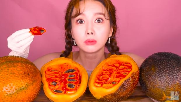 Sự kết hợp bá đạo giữa gấc và kem tươi của Youtuber người Hàn này khiến dân tình cũng phải á khẩu - Ảnh 1.