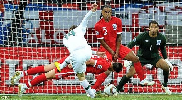 Xả thân bảo vệ khung thành Việt Nam, Văn Hậu được báo Hà Lan so sánh với huyền thoại bóng đá Anh - Ảnh 3.
