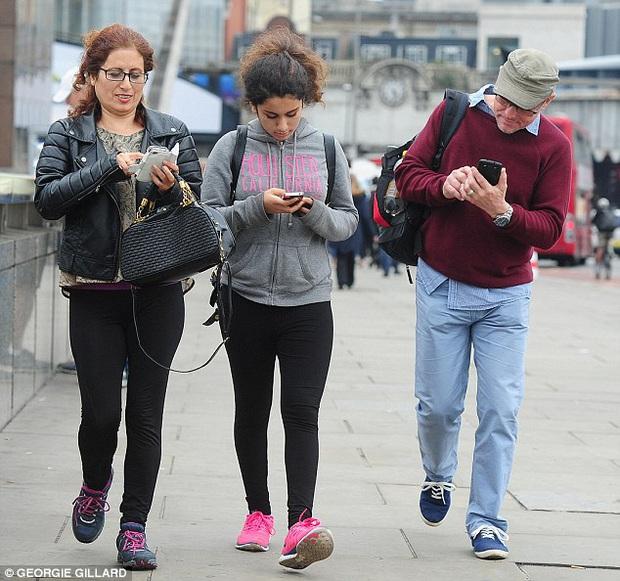 Hội chứng kỳ lạ do tư thế rất nhiều người trong chúng ta đang mắc phải trong thời đại smartphone ngập tràn thế giới - Ảnh 1.