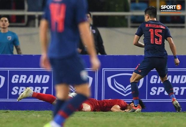 Đoàn Văn Hậu cười hiền, tỏ ra mình ổn sau tình huống lấy thân mình cứu thua trong trận đấu với Thái Lan - Ảnh 9.