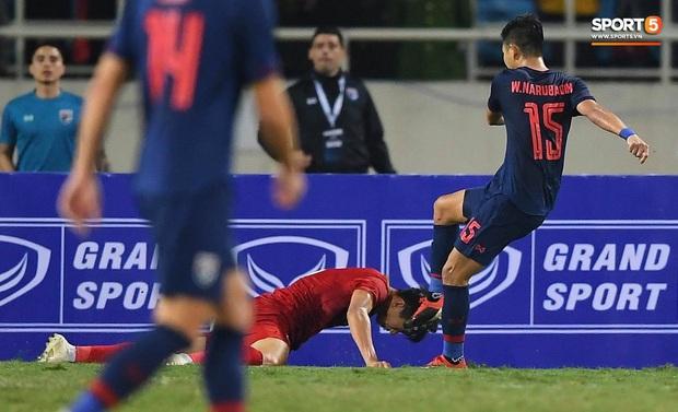Đoàn Văn Hậu cười hiền, tỏ ra mình ổn sau tình huống lấy thân mình cứu thua trong trận đấu với Thái Lan - Ảnh 8.