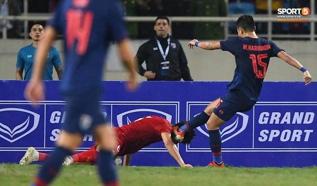 Đoàn Văn Hậu cười hiền, tỏ ra mình ổn sau tình huống lấy thân mình cứu thua trong trận đấu với Thái Lan - Ảnh 3.