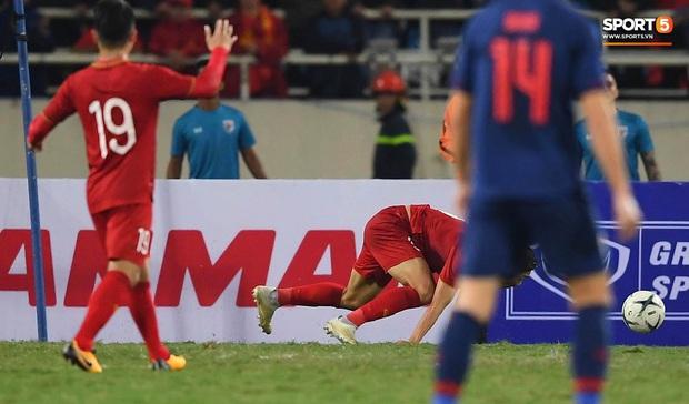 Đoàn Văn Hậu cười hiền, tỏ ra mình ổn sau tình huống lấy thân mình cứu thua trong trận đấu với Thái Lan - Ảnh 7.