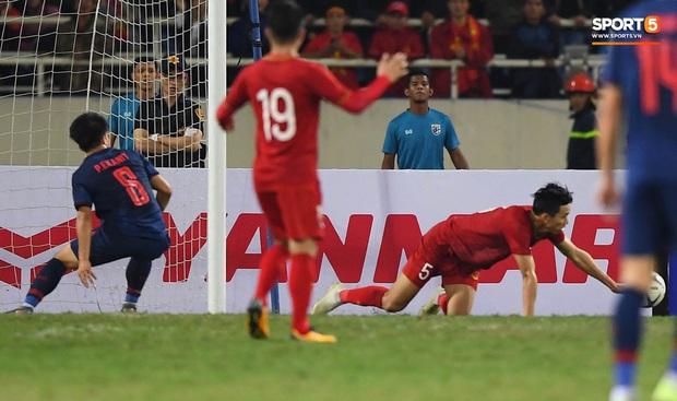 Đoàn Văn Hậu cười hiền, tỏ ra mình ổn sau tình huống lấy thân mình cứu thua trong trận đấu với Thái Lan - Ảnh 6.