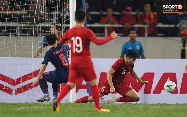 Đoàn Văn Hậu cười hiền, tỏ ra mình ổn sau tình huống lấy thân mình cứu thua trong trận đấu với Thái Lan - Ảnh 5.