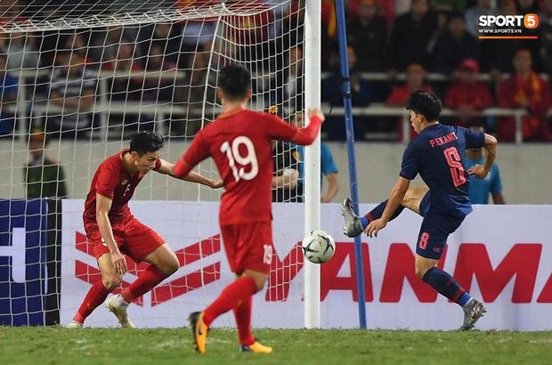 Đoàn Văn Hậu cười hiền, tỏ ra mình ổn sau tình huống lấy thân mình cứu thua trong trận đấu với Thái Lan - Ảnh 4.