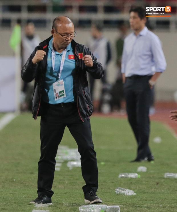 """Tìm ra profile trợ lý tuyển Thái """"gây sự"""" với HLV Park Hang-seo, hoá ra đã xích mích từ Bangkok và mang mối hiềm khích đến Hà Nội - Ảnh 7."""